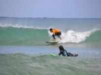 冲浪学习的El Cotillo的冲浪