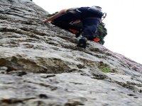 Escala en paredes rocosas