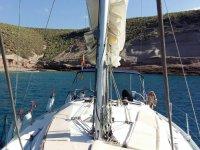 Barco acercandose a la costa