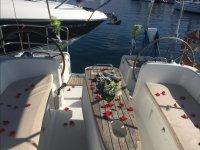 Barco decorado con petalos