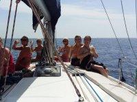 Brindando en grupo en cubierta