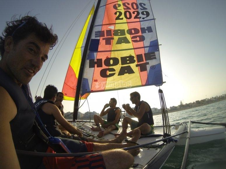 Los amigos en el catamaran