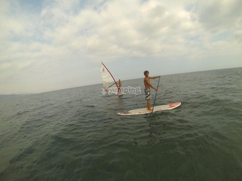 在海上风帆冲浪