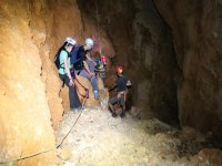 Descendiendo hacia el interior de la cueva.