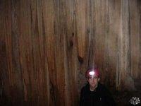 El frontal ilumina la cueva.