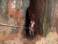 Ascendiendo al interior de la cueva.