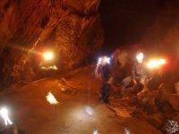 Iluminando la cueva.