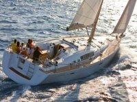 familia en un barco navegando por el mar