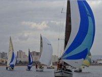 在马洛卡帆船赛帆船比赛在比赛中没有家人在船上航行通过竞争