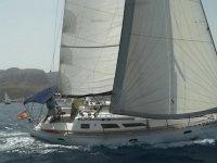 velero en el mar