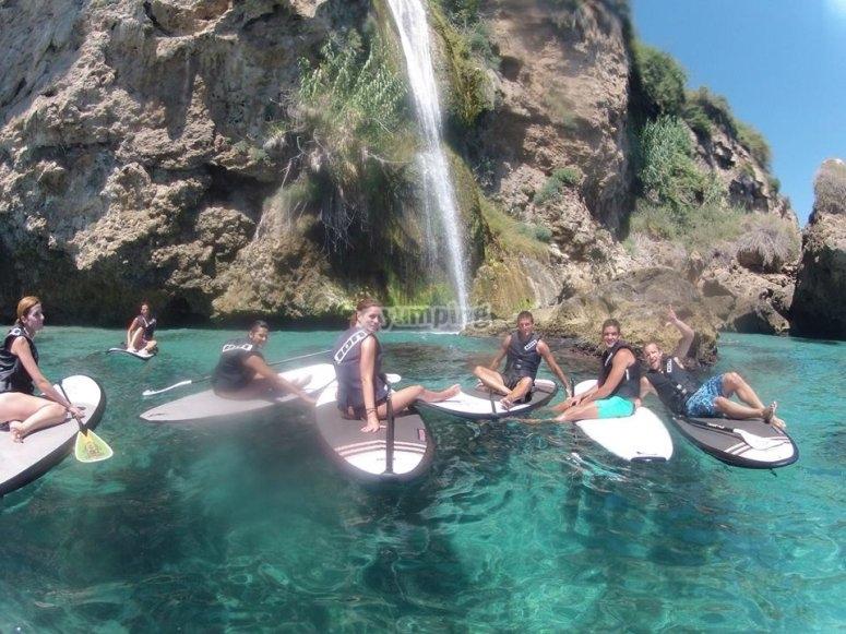 Disfrutande del agua en paddle surf