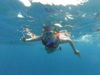 Practicando snorkel en el Puertito