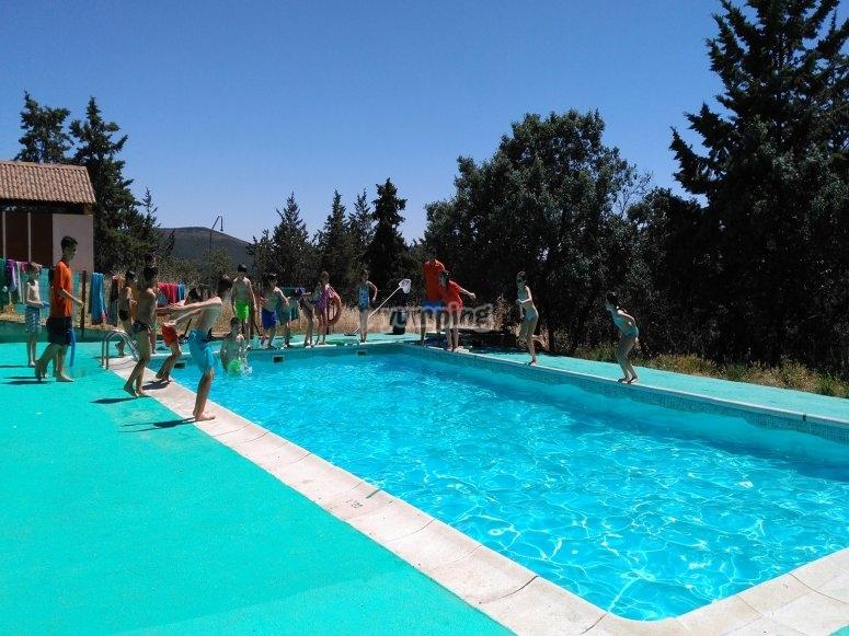 Juegos acuáticos en piscina