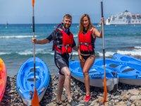 Pareja lista para comenzar el paseo en kayak en La Lajita
