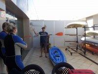 Instruyendo al grupo para realizar el tour en kayak con seguridad