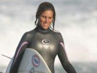 Con la tabla de surf bajo el brazo
