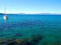 Navegar en barco en el Mediterráneo