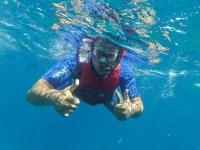Realizando snorkel en aguas canarias