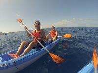 Remando en la canoa doble durante el paseo por la costa de Fuerteventura
