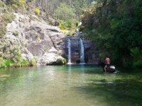 Atravesando la cascada durante la ruta a caballo