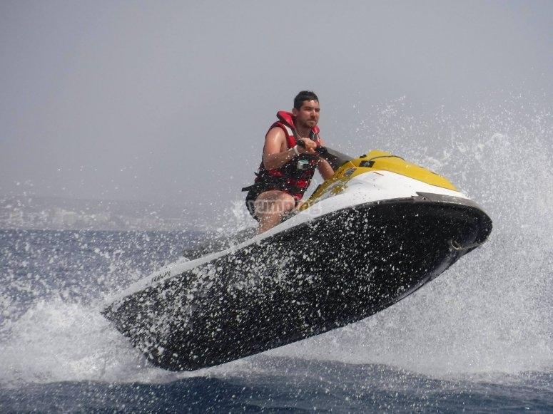 摩托艇水上摩托艇跳跃着摩托艇