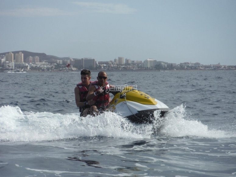 与朋友一起乘坐喷气式滑雪机