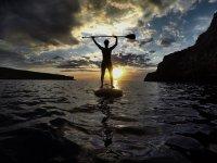 Puesta de sol practicando paddle surf
