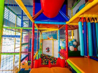 Juego en parque infantil y comida en Castelldefels