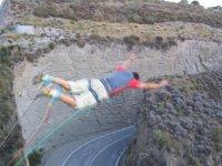 Salto de puenting sobre carretera
