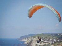 准备滑翔伞飞越塔拉戈纳串联滑翔伞的风景