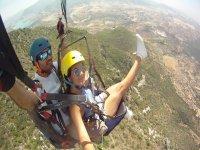 在马拉加省的双座滑翔伞