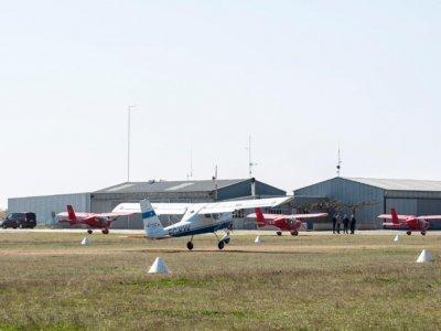 飞行在莱里达双翼飞机和一个老式的小飞机