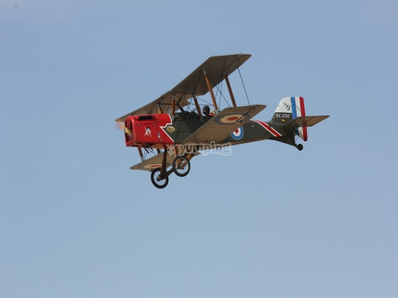 Volando con réplica de avioneta