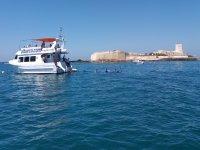 Baño en alta mar junto al barco