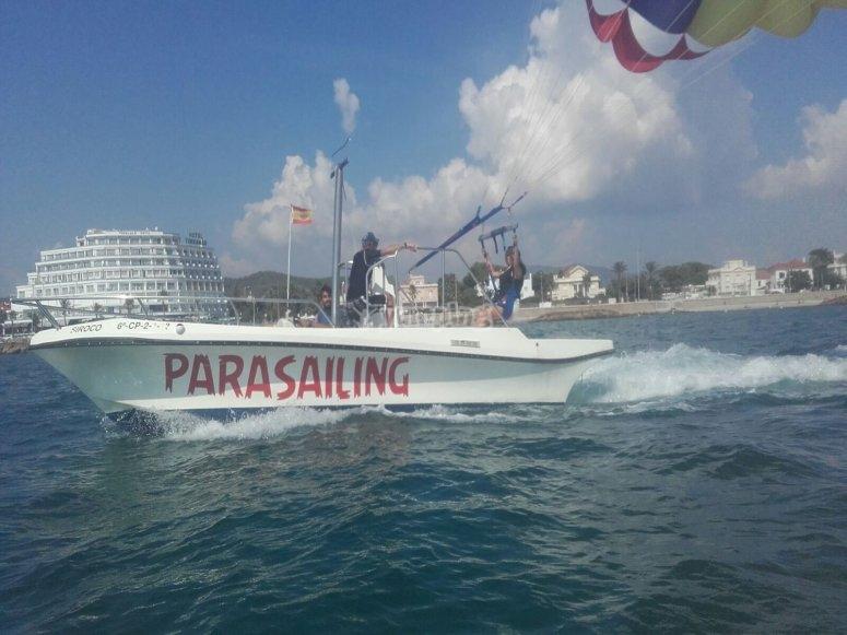 Con la embarcacion de apoyo y el monitor