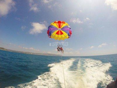 在锡切斯两人的帆伞运动飞行