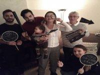 Familia jugando a escape room