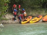 Subiendo a las canoas en la ribera