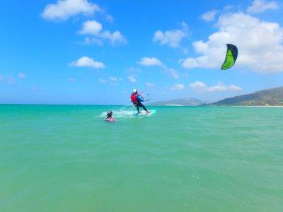 在Tarifa 2天的私人风筝冲浪课程