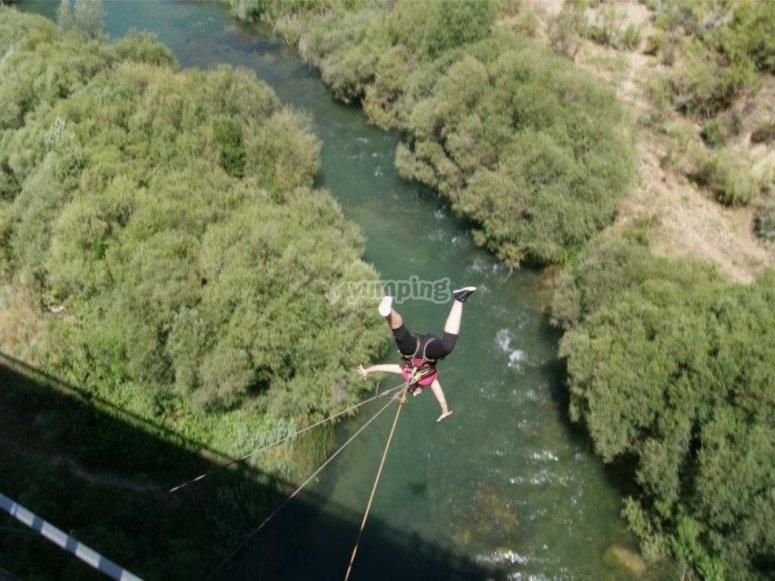在河上跳跃的头
