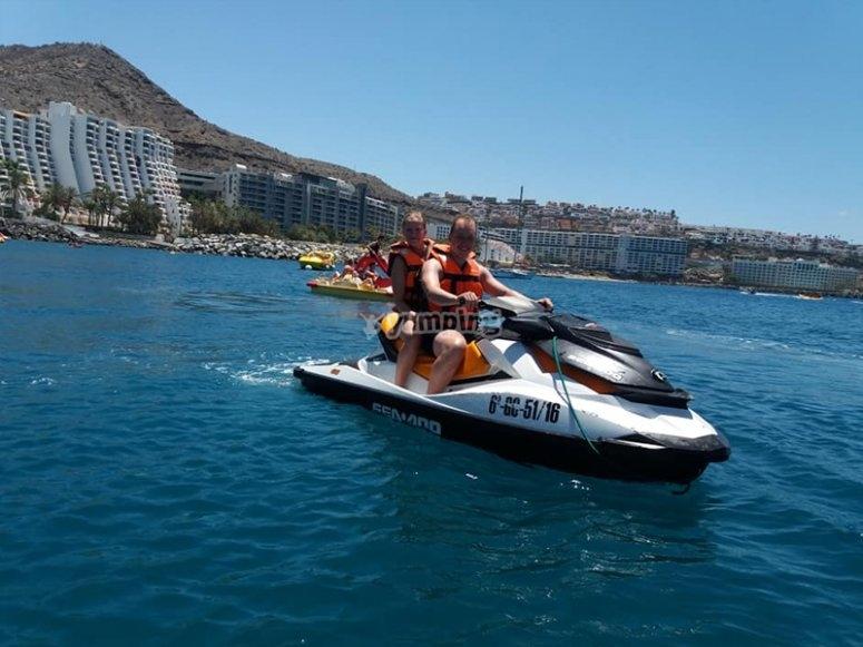 Visitando Anfi del Mar en moto de agua