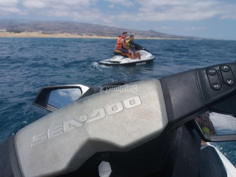 Disfrutando de una ruta en moto de agua
