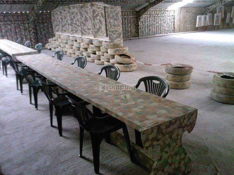Mesas y sillas en interior