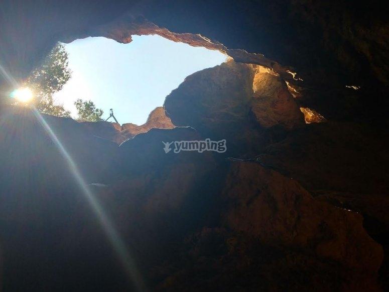Luz penetrando en la cueva