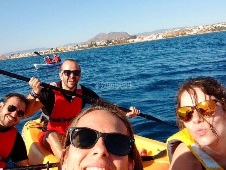 In kayak con occhiali da sole