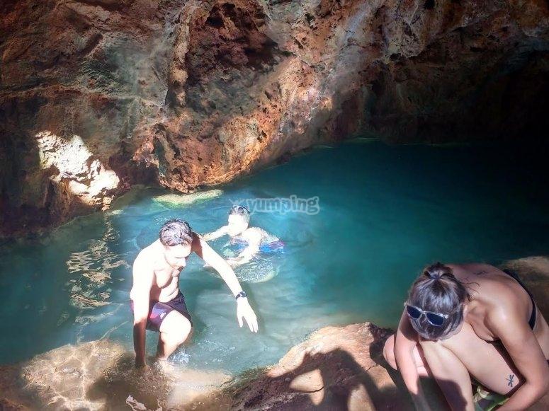 Nuoto nella grotta d'acqua