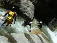 溪降活动的理想团体排序橡胶河徽标