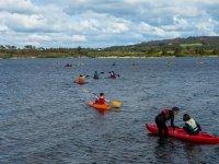 Alumnos avanzando con los kayaks