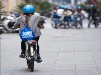 骑着自行车穿过城市的街道
