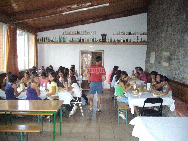 带学校团体的餐厅